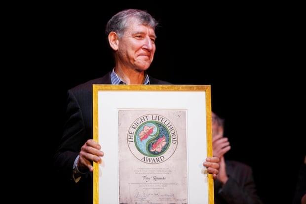 Nhà nông học người Úc Tony Rinaudo nhận giải thưởng Right Livelihood Award tại buổi lễ vinh danh ở Bảo tàng Vasa, Stockholm, Thụy Điển (Ảnh Reuters).