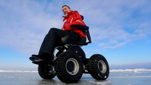 Ông Roman Aranin trên chiếc xe lăn có thể xoay tròn xe trên tuyết, lướt trên cát nhẹ như không, thậm chí lên xuống các bậc tam cấp.