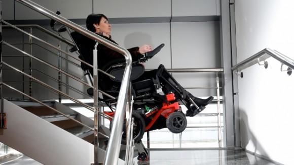 Xe lăn địa hình của công ty Observer cho phép người dùng xuống cầu thang mà không cần sự trợ giúp của người xung quanh.