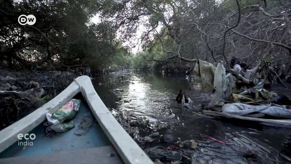 Một góc của dòng sông chết Mithi, nơi từng cung cấp nguồn nước sạch và nguồn sống cho nhiều thế hệ cộng đồng dân chài Koli ở Ấn Độ.