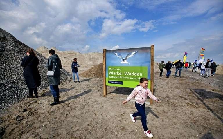 Ba đài quan sát chim bằng gỗ đã được xây dựng trên đảo chính.