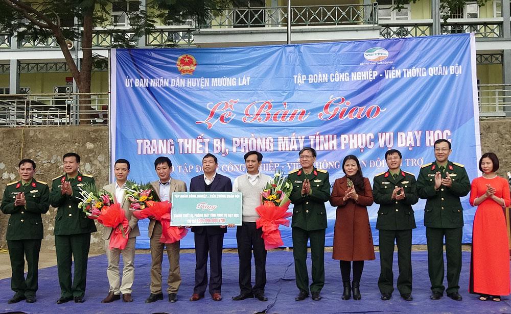 Viettel bàn giao 3 phòng máy tính và trang thiết bị cho các điểm trường ở huyện Bá Thước, Thanh Hóa.