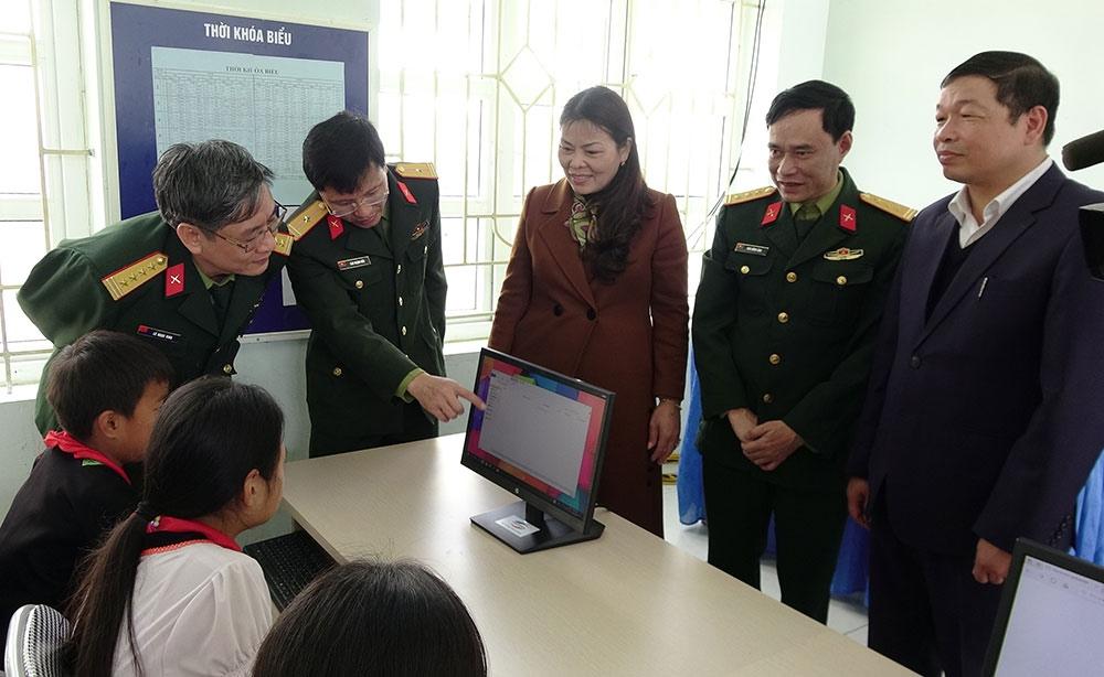 Các vị đại biểu tham quan phòng máy tính mới do Viettel trao tặng trong khuôn khổ chương trình hỗ trợ các huyện nghèo theo NQ 30a của Chính phủ