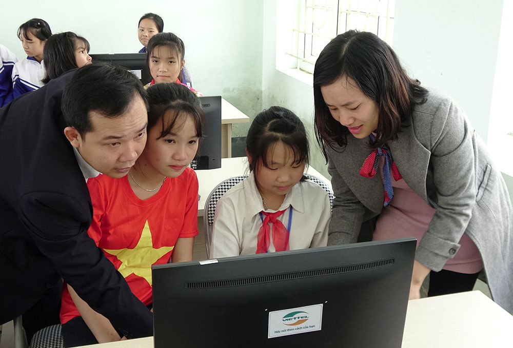 Thầy và trò trường THCS Bán trú Tam Chung (Mường Lát, Thanh Hóa) hào hứng trải nghiệm phòng máy mới.