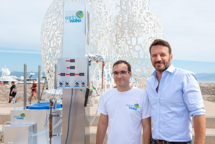 Anh Christofer Costes và đại diện của tổ chức môi trường Earth Wake bên cỗ máy Chysalis.