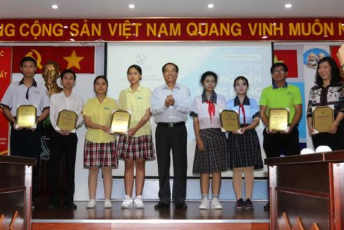 Ông Bùi Văn Quyền, Phó Chủ tịch thường trực kiêm Tổng Thư kí Hội Sáng chế Việt Nam, trao giải Nhì cho các tác giả.