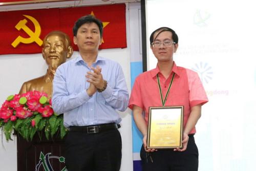 Ông Nguyễn Việt Dũng, Giám đốc Sở KH&CN TP.HCM, trao giải Nhất cho thầy Lê Thiên Phúc, trường THPT Phú Nhuận.