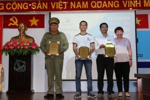 Đại diện Ban tổ chức trao giải Ba cho các tác giả.