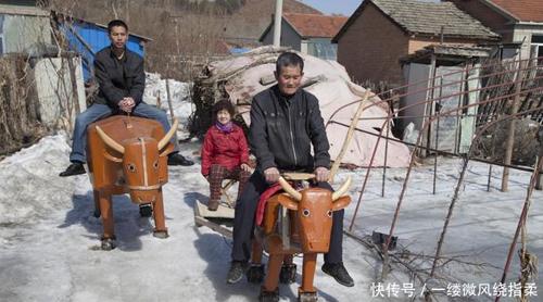 Ông Li cho biết, lứa đầu tiên ông không hài lòng. Dần dần ông cải tiến, năm 2016 cho ra đời lứa thứ 3 và đã cảm thấy tạm ổn. Ông đang tiếp tục cải tiến để ngựa gỗ trâu gỗ đi được trên băng tuyết trơn.
