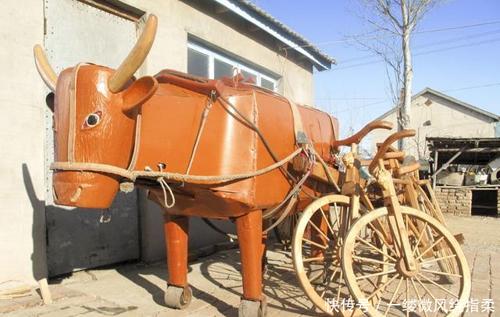 Ngoài việc làm trâu gỗ, ngựa gỗ, ông còn chế tạo một xe đạpgỗ. Ông Li Jingyangxây dựng một nhà máy sản xuất gia súc và ngựa bằng gỗ để cung cấp phương tiện cho các khu du lịch.