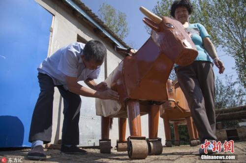 Ngựa gỗ trâu gỗ tự đi được, chở được người và cũng kéo được xe mà không cần lực đẩy, bởi có động cơ trong bụng.Con ngựa của ông Li có thể kéo được một chiếc xe tải với trọng lượng 300 kg, cũng như chở được 5 người trưởng thành.