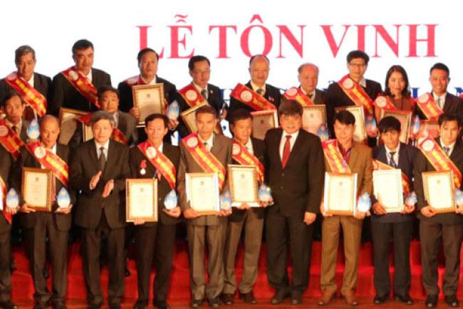 """Ông Hoàn (thứ tư từ trái qua, hàng đầu) trong lễ tôn vinh """"Nhà khoa học của Nhà nông"""". Ảnh: Anh Tuấn."""