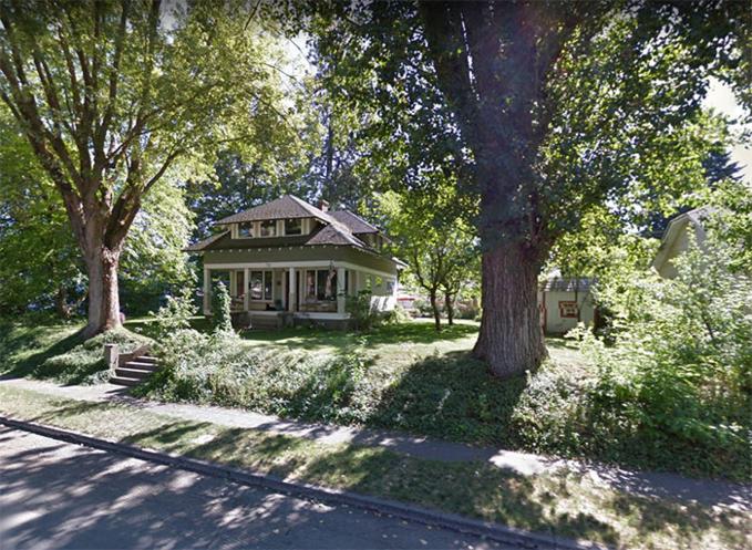 """Sharalee Armitage Howard - một nghệ sĩ ở Coeur d'Alene, Idaho, Mỹ, đã tạo nên một """"tác phẩm nghệ thuật"""" đặc biệt hấp dẫn những người hàng xóm của mình và những người đi ngang qua nhà cô.  Ý tưởng bắt nguồn từ việc Sharalee phải chặt bỏ cây bông hơn 100 tuổi có dấu hiệu mục nát và có thể bị đổ, gây nguy hiểm. Và sau một thời gian cân nhắc, cô đã biến gốc cây tưởng là bỏ đi đó thành thư viện cho cả khu phố."""