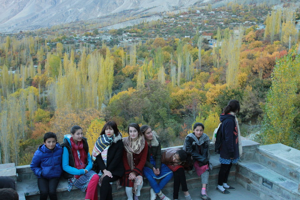 Các em học sinh ở Karimabad đi học về gặp chúng tôi ngang đường. Các em thân thiện và nói tiếng Anh khá tốt
