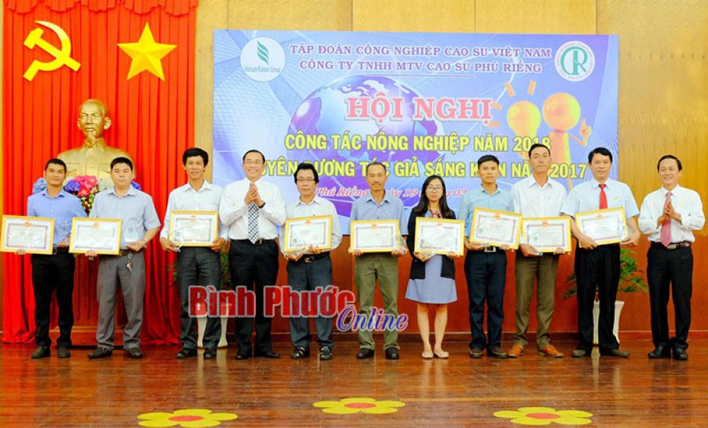 Anh Lê Trọng Sáu (thứ 4 từ phải qua) được lãnh đạo Công ty TNHH MTV cao  su Phú Riềng tuyên dương vì có sáng kiến được áp dụng vào thực tế sản  xuất hiệu quả