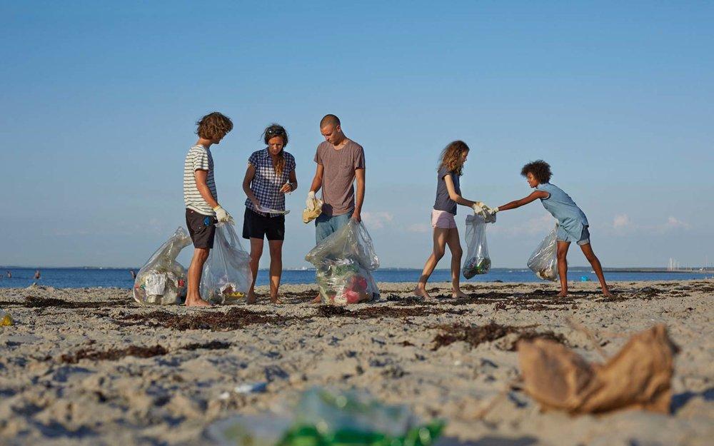teens-picking-up-trash-TRASHTAG0319.jpg