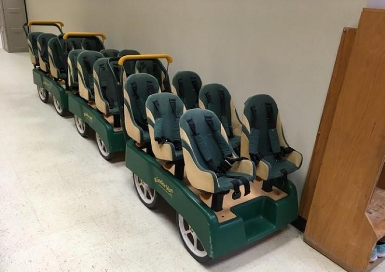 Chiếc xe chở học sinh mẫu giáo đi khắp khuôn viên trường.