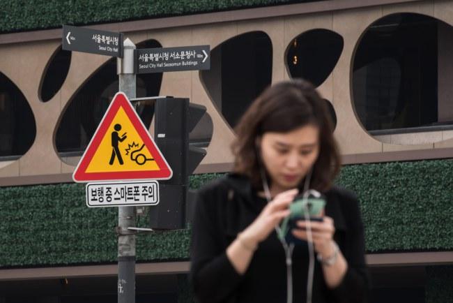 Vừa đi vừa dán mắt vào điện thoại nguyên nhân hàng đầu dẫn tới các vụ tai nạn người đi bộ bị xe đâm khi qua đường tại Hàn Quốc.