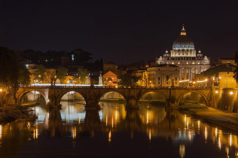 Saint_Peter's_Basilica,_Sant'Angelo_bridge,_by_night,_Rome,_Italy.jpg