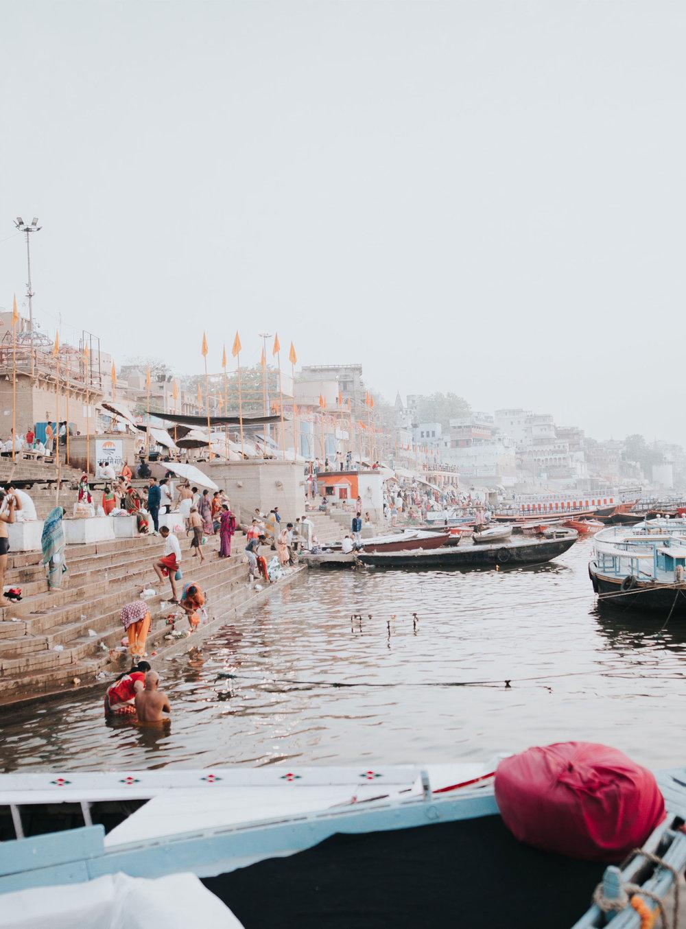 """Rishikesh - La llamada cuna del Yoga, ubicada a orillas del Ganges, el río sagrado de la India, el cual en este punto es muy limpio y cristalino, al estar muy cerca del glaciar que le da origen.Podremos participar de clases de Yoga en algunos ashrams y centros de Yoga, meditaremos en la rivera del """"Ganga"""" y recibiremos la bendición de yoguis, vacas sagradas y de las aguas de este sagrado río.Más Información: Descargar Catálogo"""