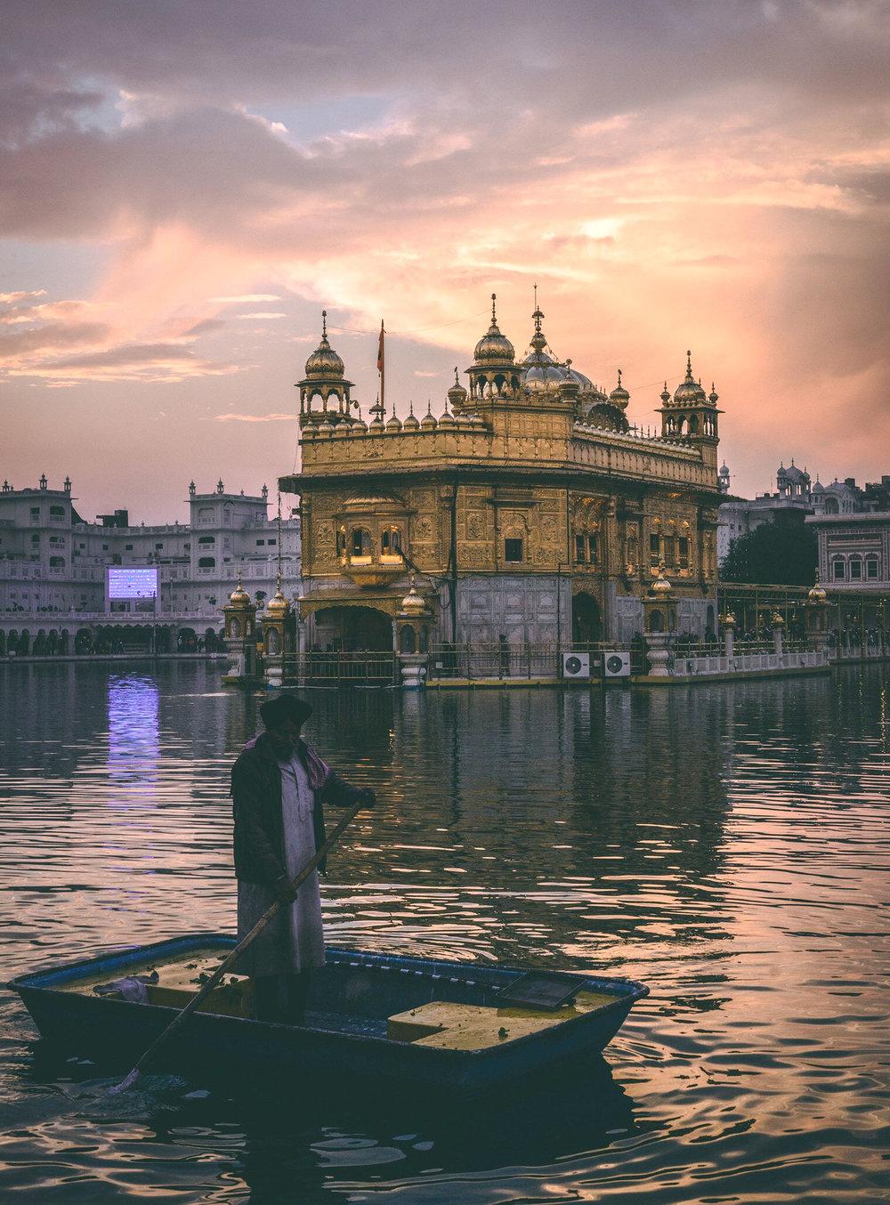 """Amritsar— - Amritsar significa """"Estanque del Néctar de la Inmortalidad"""". Fue fundada en 1577 por Guru Ram Das, el cuarto Gurú de la línea Sikh.En esta ajetreada y concurrida ciudad, se encuentra el Templo Dorado, localmente conocido como el Harimandir Sahib, """"El Templo de Dios"""", un oasis de calma y paz, donde se escuchan cantos sagrados (Kirtan) todo el día y gran parte de la noche.Más Información: Descargar Catálogo"""