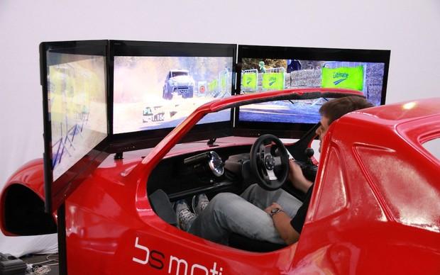 Maquinas de simulação têm até cockpit de verdade. (Foto: Pedro Cardoso)