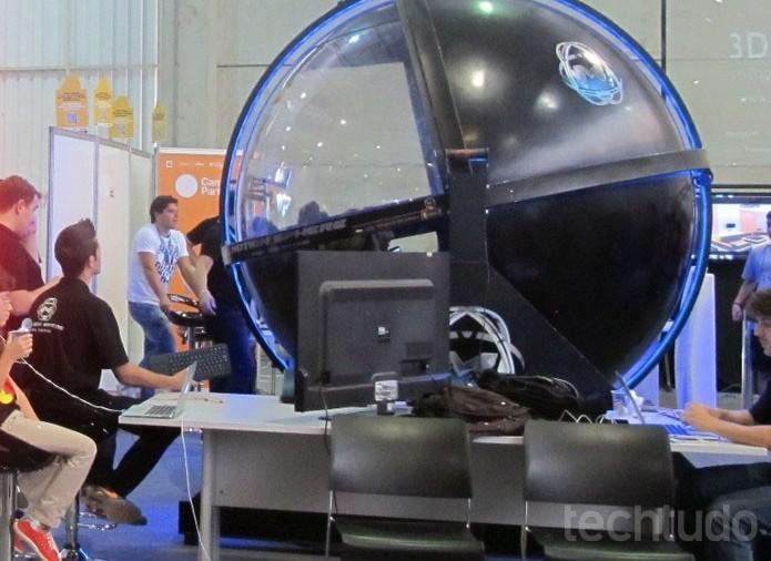 Simulador Motion Sphere leva campuseiros e visitantes para corrida da Stock Car (Foto: Laura Martins/TechTudo)