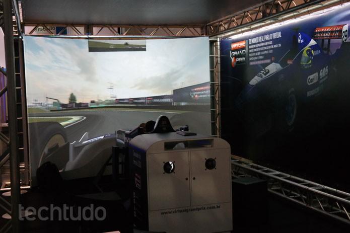 Simulador Grand Prix faz campuseiro se sentir um piloto com tela gigante e curva (Foto: Melissa Cruz / TechTudo)