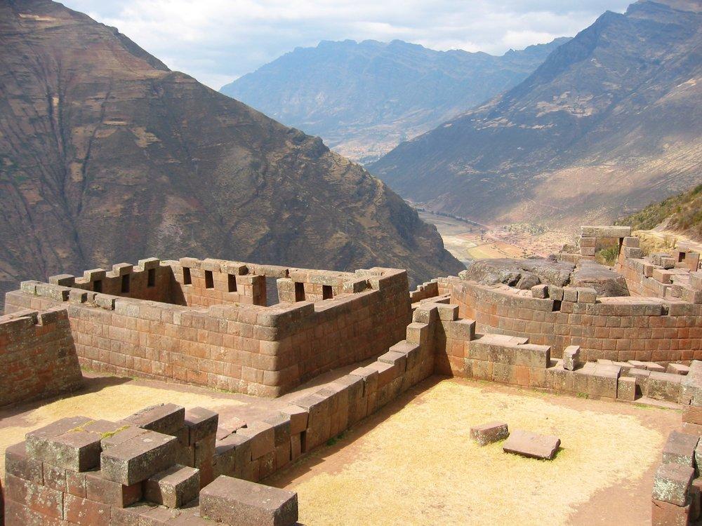 Sun_Temple_at_Pisac,_Peru.jpg