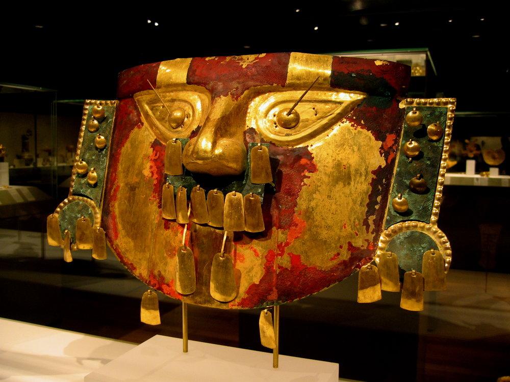Sican_funerary_mask_in_the_Metropolitan_Museum.jpg