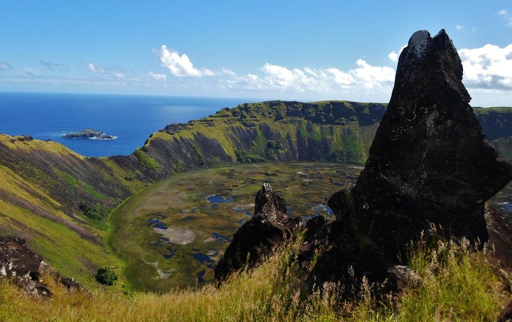 Crater_del_volcan_rano_kau_y_vista_al_motu_nui,_isla_de_pascua,_chile.JPG