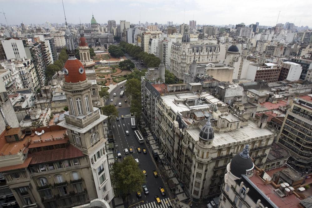 Buenos_Aires_-_Avenida_de_Mayo_the_Congress_and_La_Inmobiliaria_-_6976.jpg
