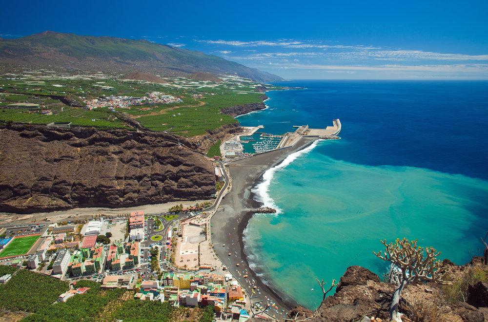 La_Palma,_Canary_Islands,_view_from_viewpoint_Mirador_el_Time_towards_the_beach_Puerto_de_Tazacorte_with_churned_up_sand_stain.jpg