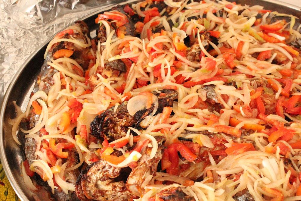 Cuisine_de_Côte_d'Ivoire_-_Du_machoiron_braisé.JPG