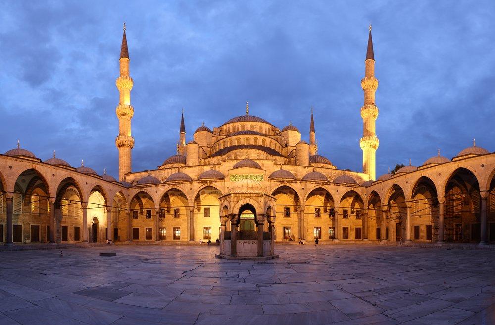 Blue_Mosque_Courtyard_Dusk_Wikimedia_Commons.jpg