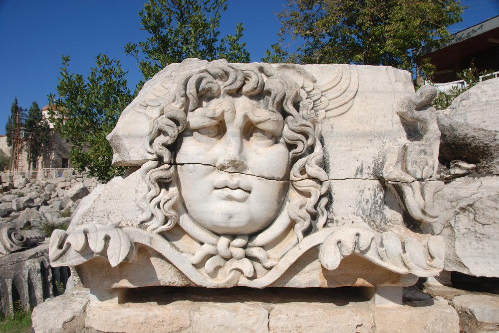 Didyma,_Temple_of_Apollo,_Head_of_the_Medusa,_Turkey_-_panoramio.jpg