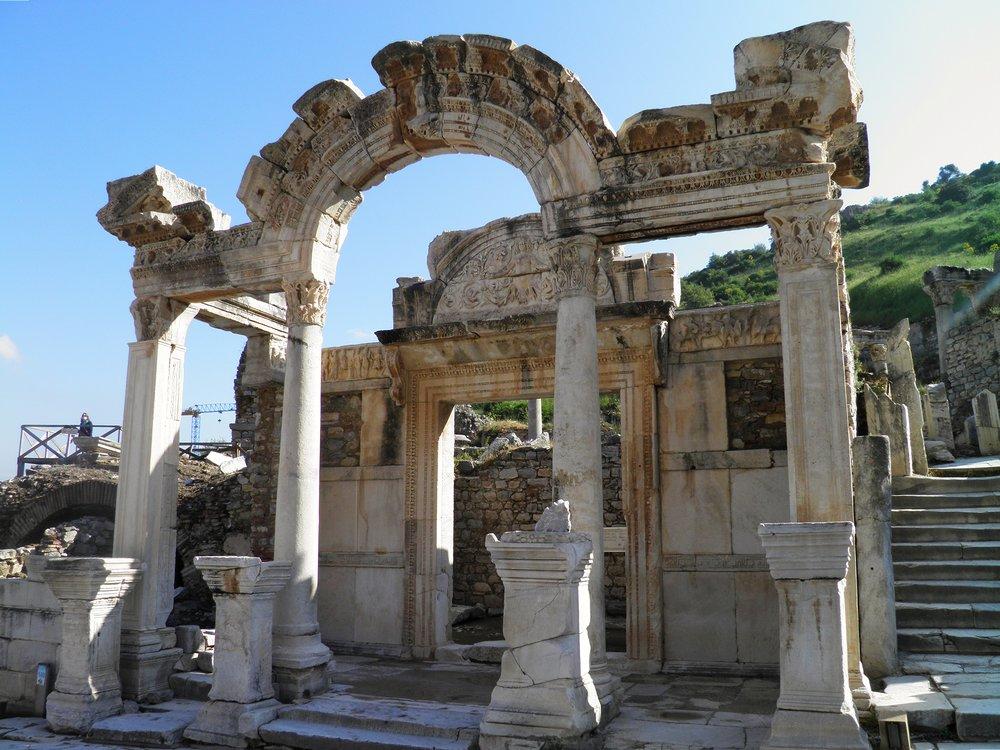 Temple_of_Hadrian,_Ephesus,_Turkey_(13283467693).jpg