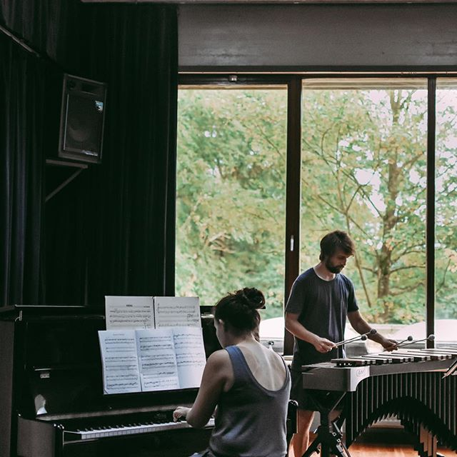 🤫🎹🥁SHHH!! Ensemble performing a concert of Canadian music! @destelheide_hanenbos! 📷@pustimenecu #contemporary #music #piano #percussion #marimba #duo #residency #artistinresidence #inspiration #canada #belgium #summer #travel