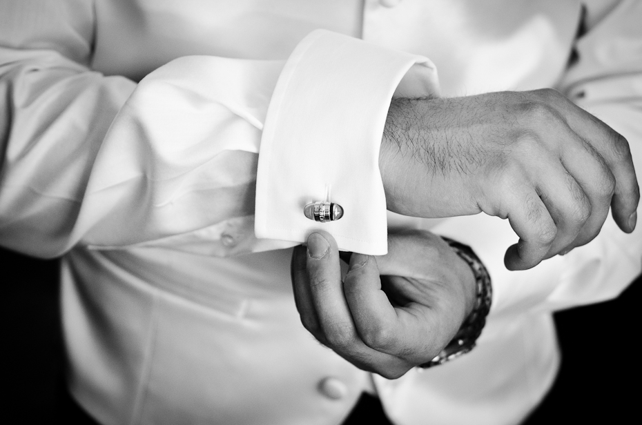 wedding-preparation-details-groom-black-and-white-cufflinks-montreal-photographer-alex-tran