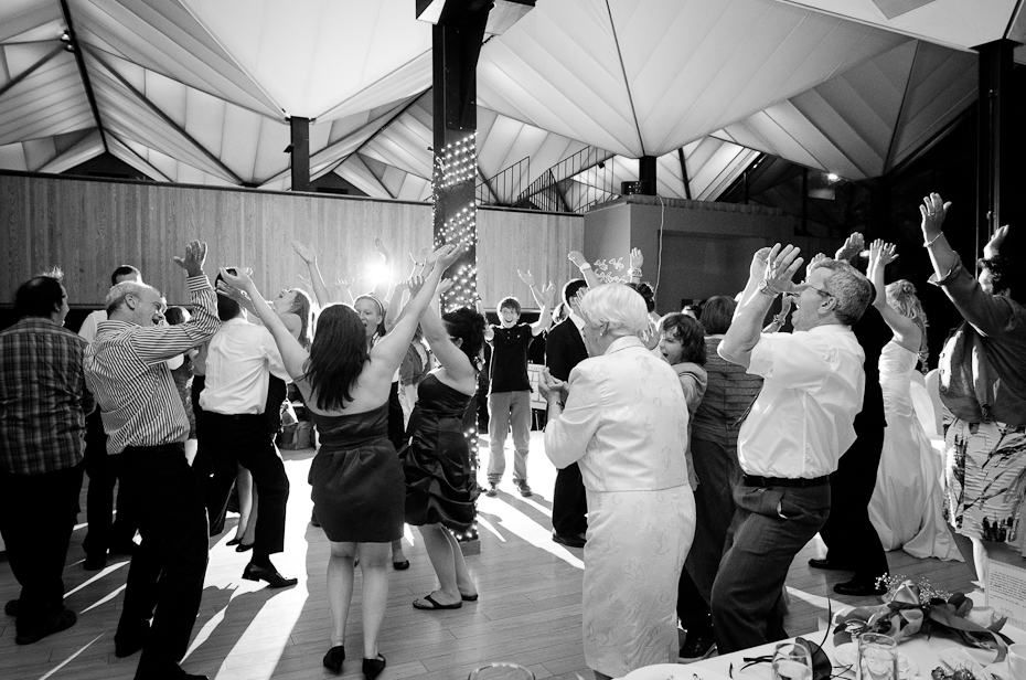 reception-wedding-photo-dancing-crowd-montreal-photographer