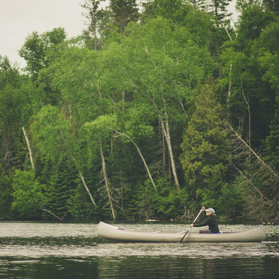 woman-canoe-lake-lifestyle-folk-vintage-montreal-photographer