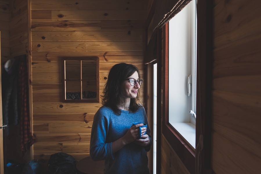 girl-cabin-looking-window-montreal-lifestyle-portrait-photographer