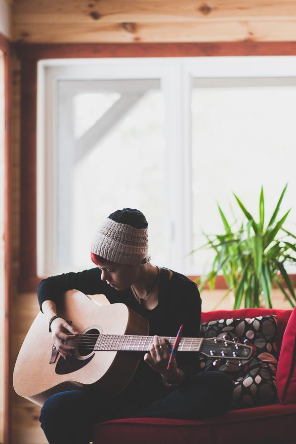 natalie-richards-artist-musician-guitar-montreal-portrait