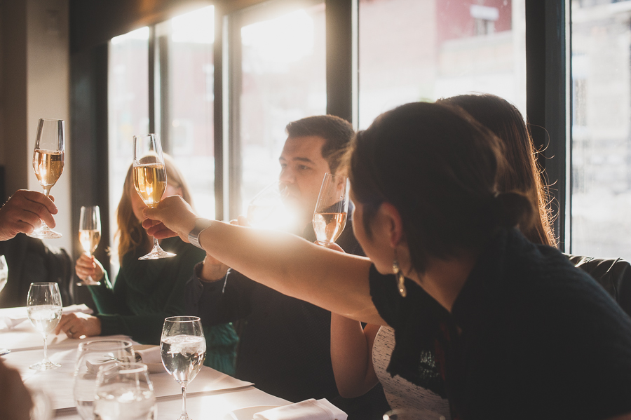 round-table-tours-cheers-montreal-wine-photographer-alex-tran