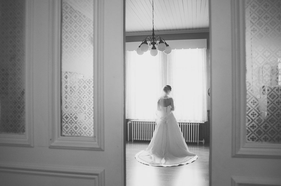 bride-black-and-white-moment-before-ceremony-wedding-photographer-alex-tran