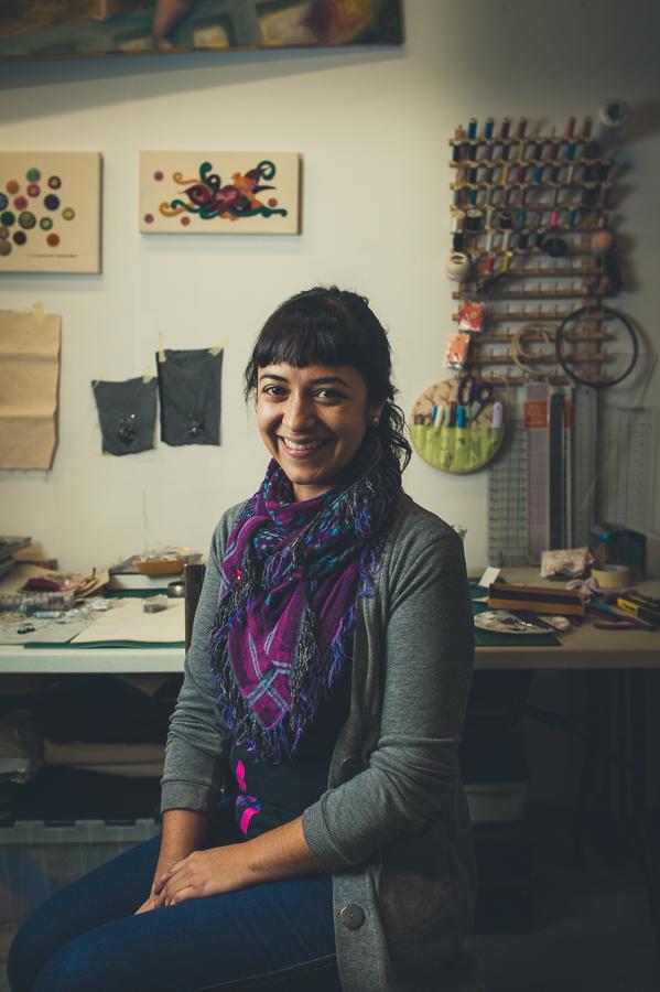 portrait-artist-carolina-murillo-morales-in-art-studio-the-long-haul-montreal-photographer-alex-tran