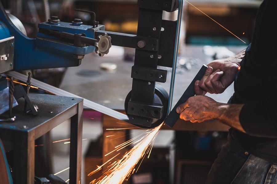 machinery-metal-worker-sanding-belt-montreal-workshop-tools