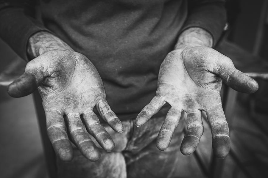 blacksmith-hand-detail-closeup-black-white-dirty