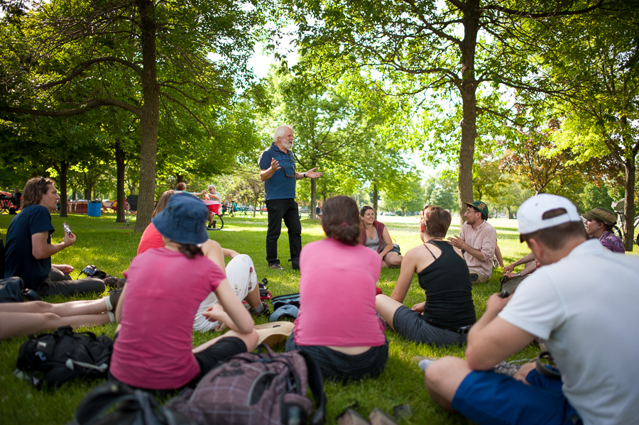 people-sitting-in-park-walk-the-region-marcher-la-region-montreal-2014