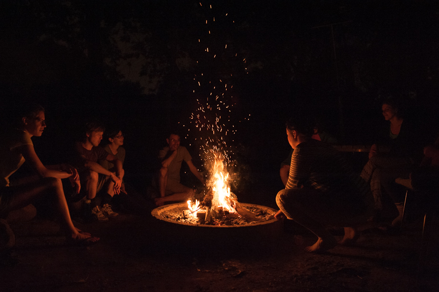 people-around-campfire-marcher-la-region-walk-the-region-night-2014